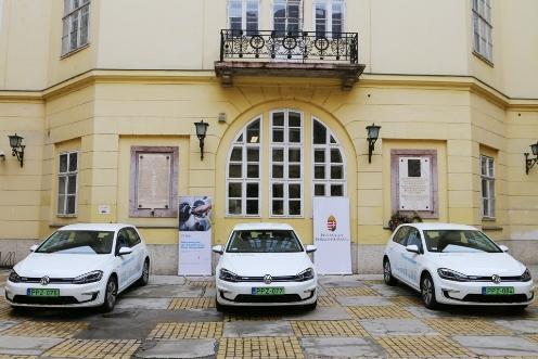 Megérkeztek az elektromos autók a Pest Megyei Kormányhivatalba